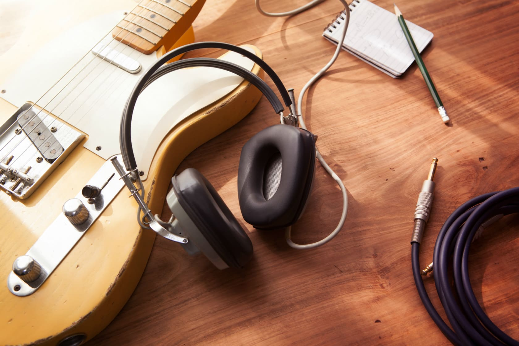 Guitar og hovedtelefoner