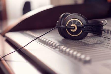 Et billede af headphones brugt i forbindelse med musikstudie siden